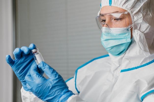 Kobieta lekarz trzymając butelkę szczepionki