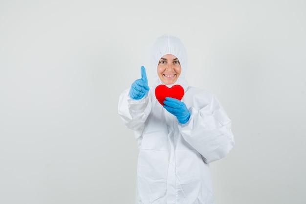 Kobieta lekarz trzymając czerwone serce