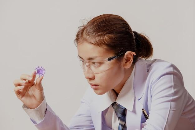 Kobieta lekarz trzymający model 3d wirusa