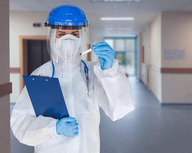 Kobieta lekarz ubrana w kombinezon ochronny do walki z koronawirusem