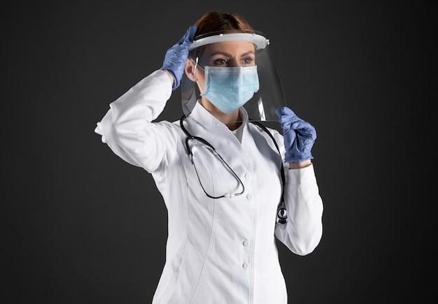 Kobieta lekarz ubrany w maskę medyczną