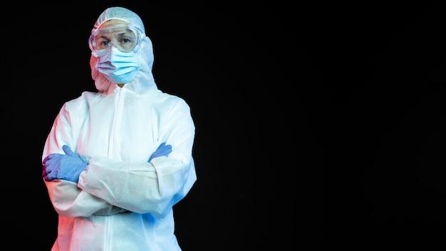 Kobieta lekarz ubrany w ochronny sprzęt medyczny