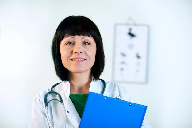 Kobieta lekarz uśmiechając się