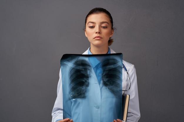 Kobieta lekarz w białym fartuchu diagnostyka xray szpital specjalista