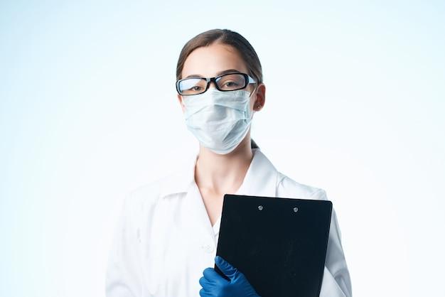 Kobieta lekarz w białym fartuchu dokumenty laboratorium medyczne maski