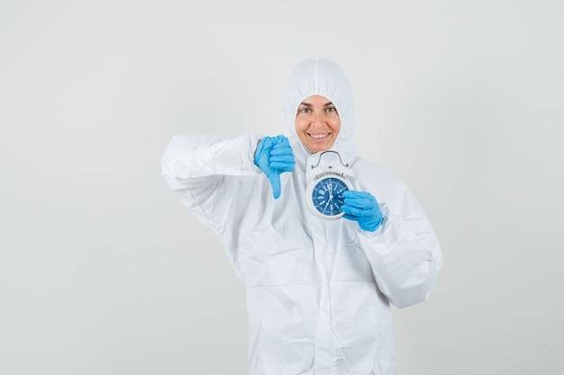 Kobieta lekarz w kombinezon ochronny