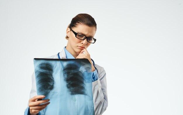 Kobieta lekarz w pracy z rentgenowskie szczegół przycięty widok