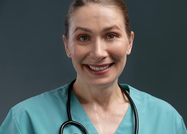 Kobieta lekarz w specjalnym sprzęcie