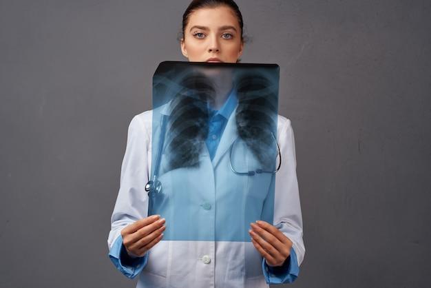 Kobieta lekarz w szpitalu diagnostyki rentgenowskiej płaszcz. zdjęcie wysokiej jakości