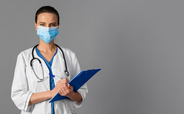 Kobieta lekarz w szpitalu noszenie maski