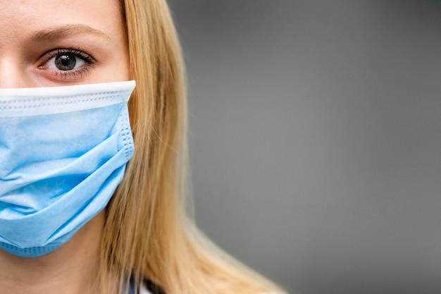 Kobieta lekarz w szpitalu z maską