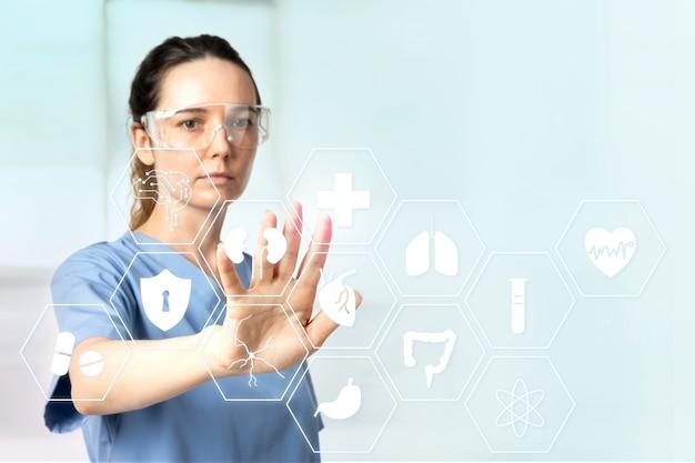 Kobieta lekarz z inteligentnymi okularami dotykającymi wirtualnego ekranu technologii medycznej