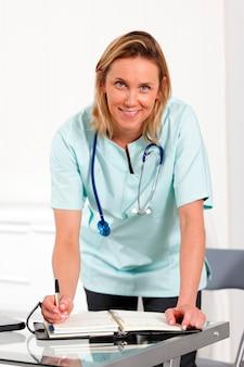 Kobieta lekarz z piórem