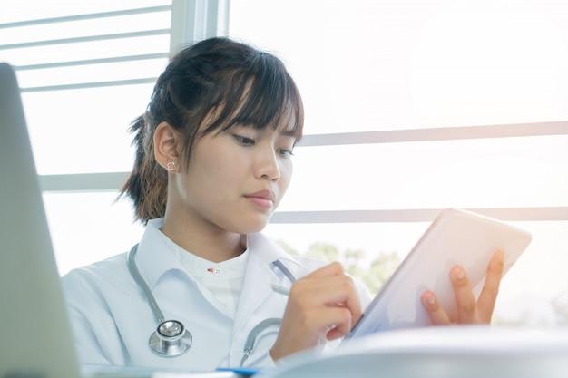 Kobieta lekarz za pomocą komputera typu tablet