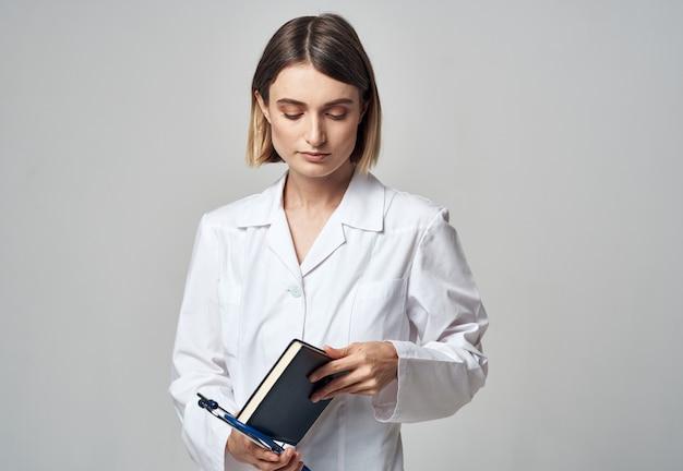 Kobieta lekarz ze stetoskopem i togą medyczną