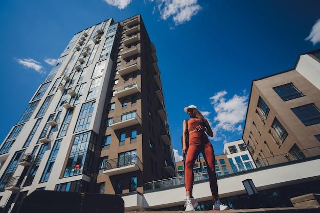 Kobieta lekkoatletka pocenie się po wejściu po schodach, bieganie i ćwiczenia na świeżym powietrzu