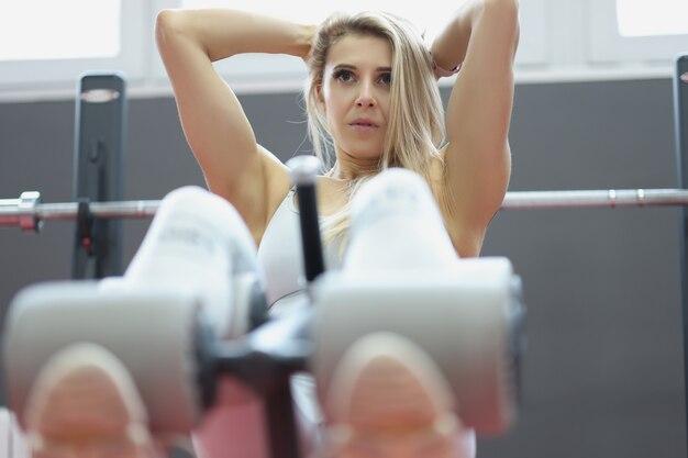 Kobieta lekkoatletka robi ćwiczenia na mięśnie brzucha. koncepcja treningu szczupłego ciała