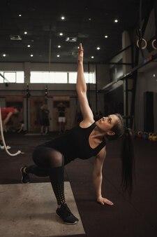 Kobieta lekkoatletycznego ćwiczenia na siłowni treningu funkcjonalnego