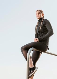 Kobieta lekkoatletycznego w odzieży sportowej na świeżym powietrzu