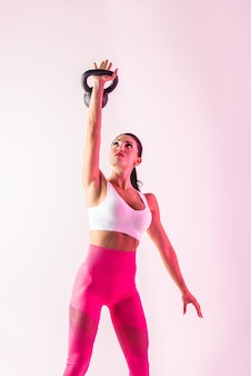 Kobieta lekkoatletycznego z treningiem odzieży sportowej fitness