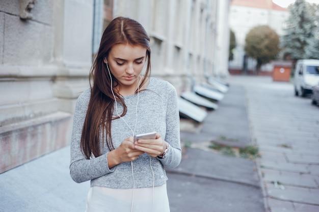 Kobieta letnim hipster telefon