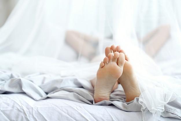Kobieta, leżąc na łóżku