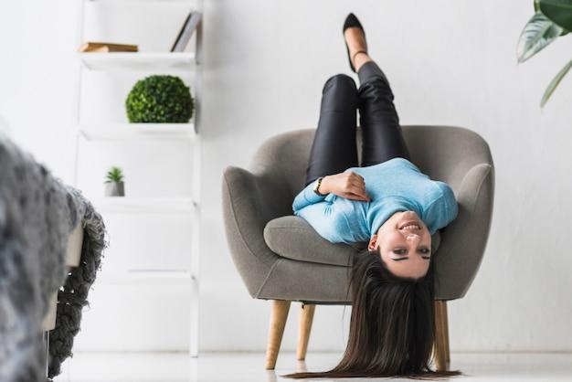Kobieta, leżąc w fotelu