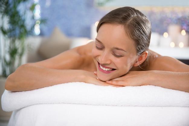Kobieta leżała w gabinecie masażu uśmiechnięty