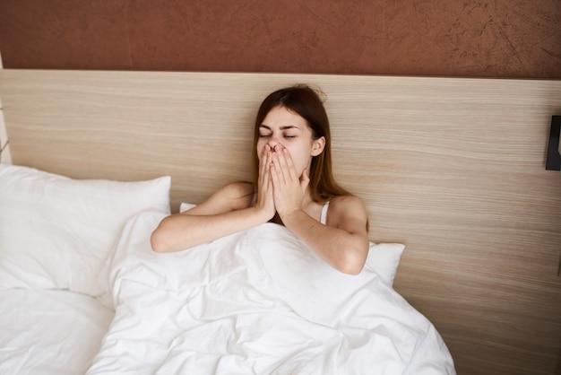 Kobieta leży w łóżku rano w toalecie