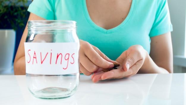 Kobieta liczy kilka monet swoich oszczędności. pojęcie kryzysu finansowego.