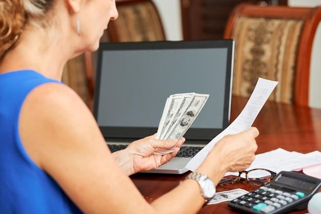 Kobieta liczy swój budżet