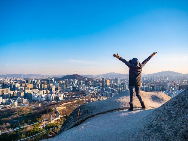 Kobieta lub dziewczyna na szczycie góry