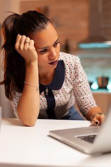 Kobieta ma ból głowy, gdy próbuje ukończyć projekt przed terminem