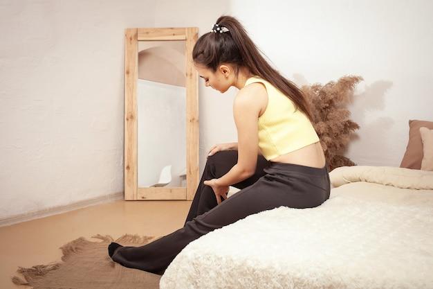 Kobieta ma ból nogi podczas ćwiczeń. poważny dyskomfort pociągnął mięśnie