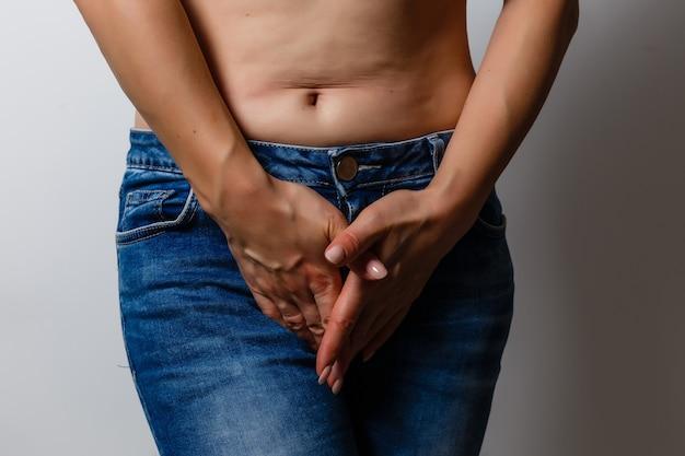 Kobieta ma ból w okolicy narządów płciowych i pochwy na białym tle