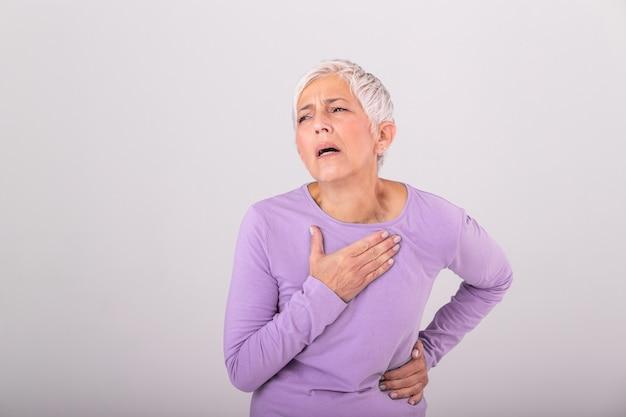 Kobieta ma ból w okolicy serca. zawał serca. bolesna klatka piersiowa opieka zdrowotna, pojęcie medyczne. wysoka rozdzielczość. kobieta ma zawału serca w domu