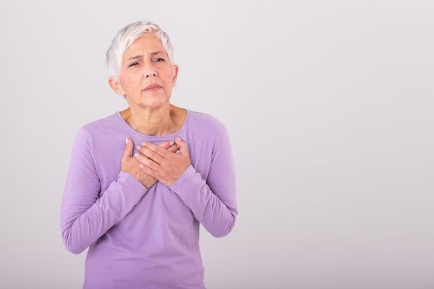 Kobieta ma ból w okolicy serca. zawał serca. bolesna klatka piersiowa opieka zdrowotna, pojęcie medyczne. wysoka rozdzielczość.