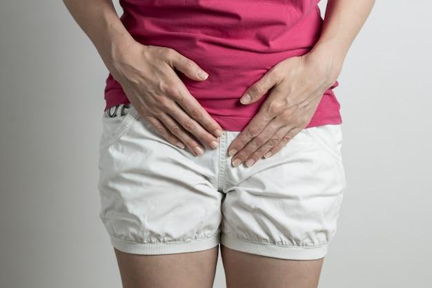 Kobieta ma ból w pęcherzu. dysuria. naruszenie oddawania moczu.