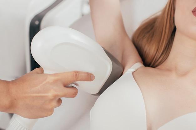 Kobieta ma depilację laserową depilacji pod pachami