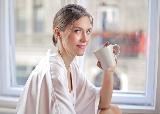 Kobieta ma filiżankę kawy