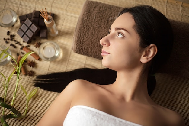 Kobieta ma masaż w zdroju