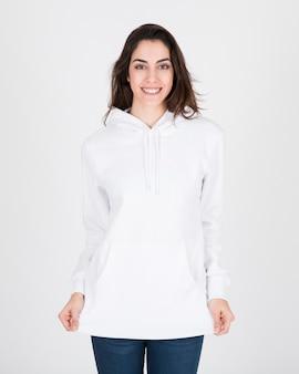 Kobieta ma na sobie białą bluzę