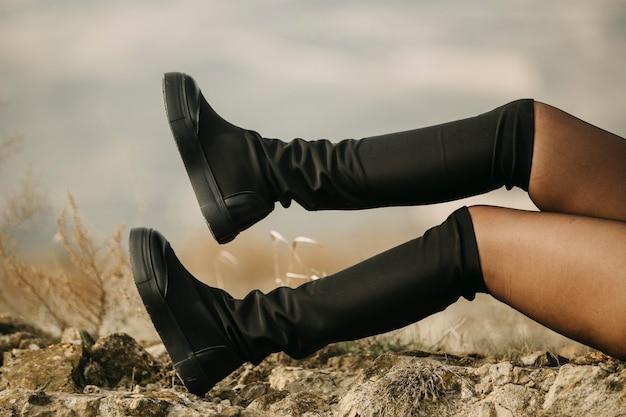 Kobieta ma na sobie czarne buty