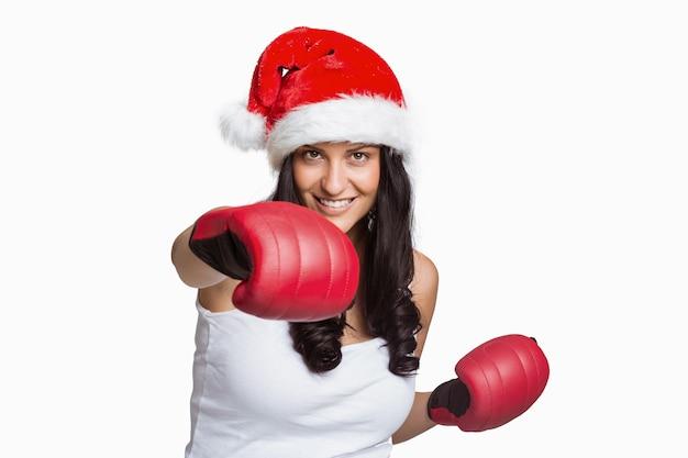 Kobieta ma na sobie czerwone rękawice bokserskie
