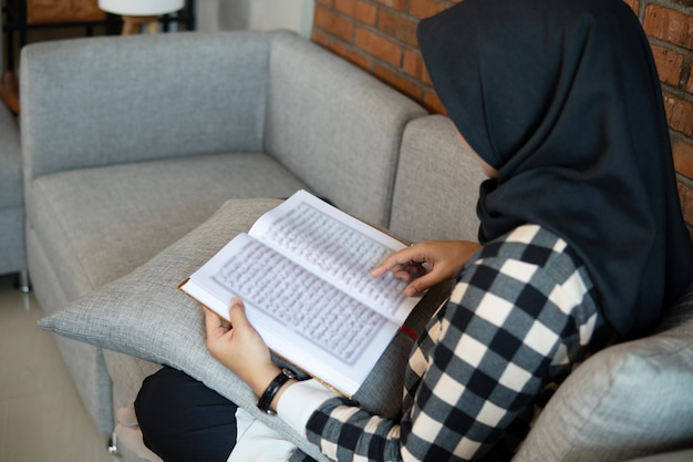 Kobieta ma na sobie hidżab czytanie koranu