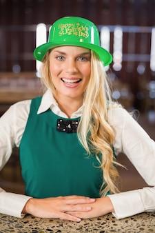 Kobieta ma na sobie kapelusz świętego patryka