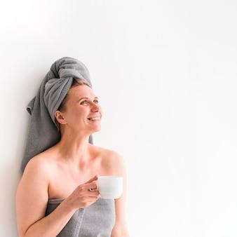 Kobieta ma na sobie ręczniki patrząc w górę