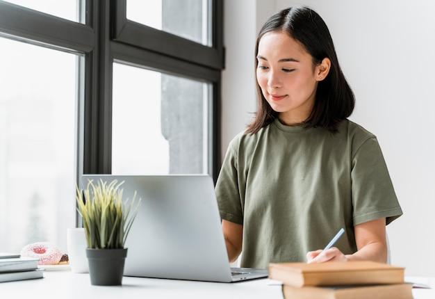 Kobieta ma połączenie wideo na laptopie