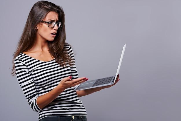 Kobieta ma problem z bezprzewodowym internetem