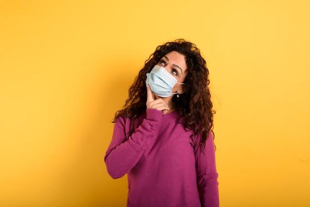 Kobieta ma wątpliwości co do wirusa koronowego covid19.